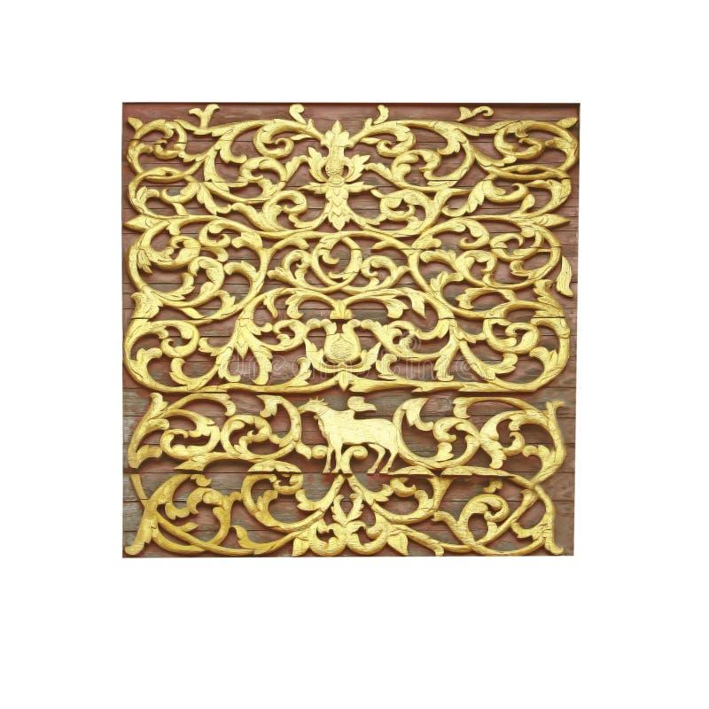 Gouden beeldhouwwerk op houten, geïsoleerde witte achtergrond stock foto
