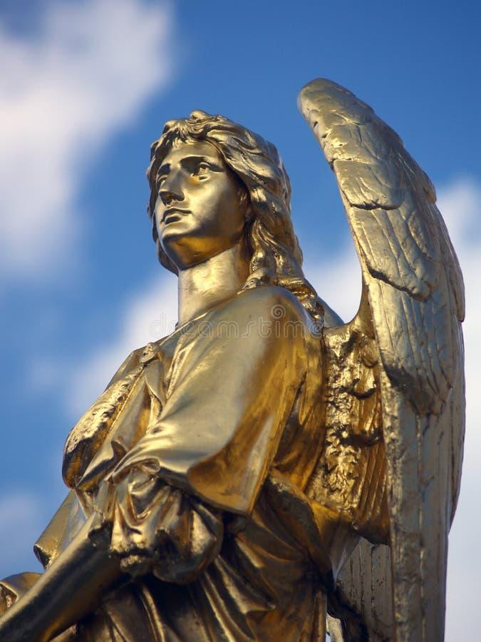 Gouden beeldhouwwerk van een engel stock foto's