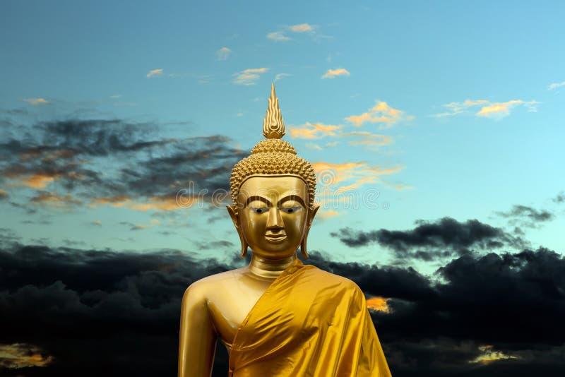 Gouden beeldhouwwerk van Gautama Buddha stock afbeelding