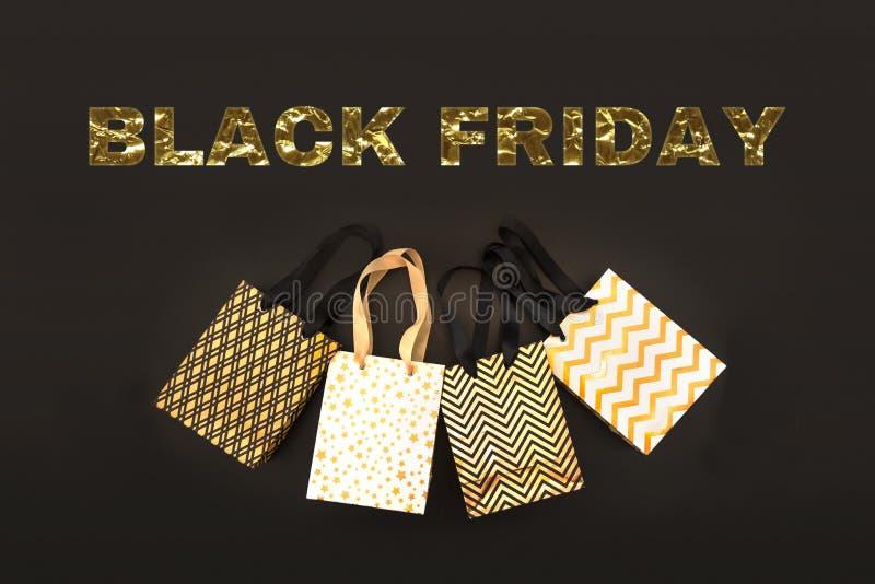 Gouden benner BLACK FRIDAY met het winkelen zak, giftdoos in moderne stijl op zwarte achtergrond Verkoop in modern ontwerp Minima royalty-vrije stock foto