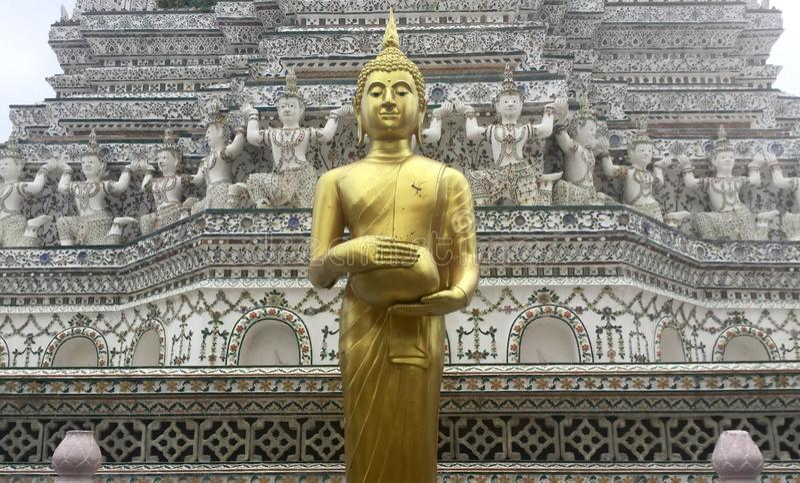 Gouden bevindende Boedha bij Wat Arun-tempel, Bangkok, Thailand stock foto's
