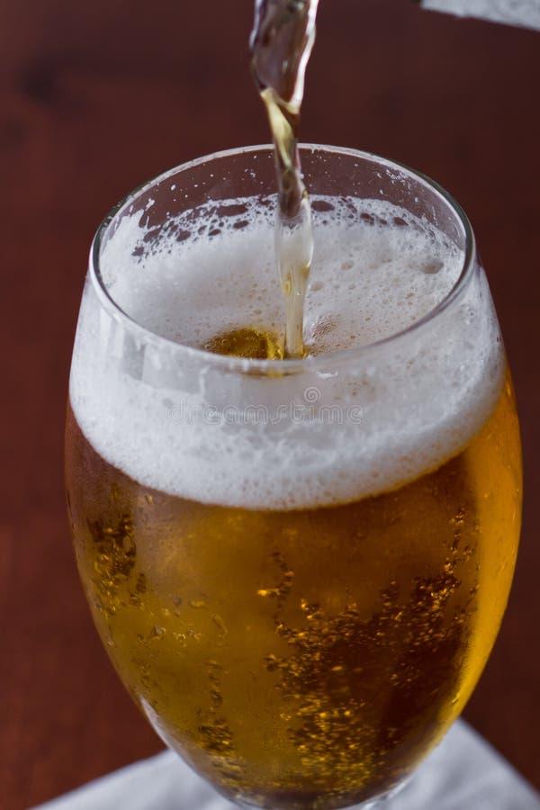 Download Gouden bier stock afbeelding. Afbeelding bestaande uit licht - 29506499