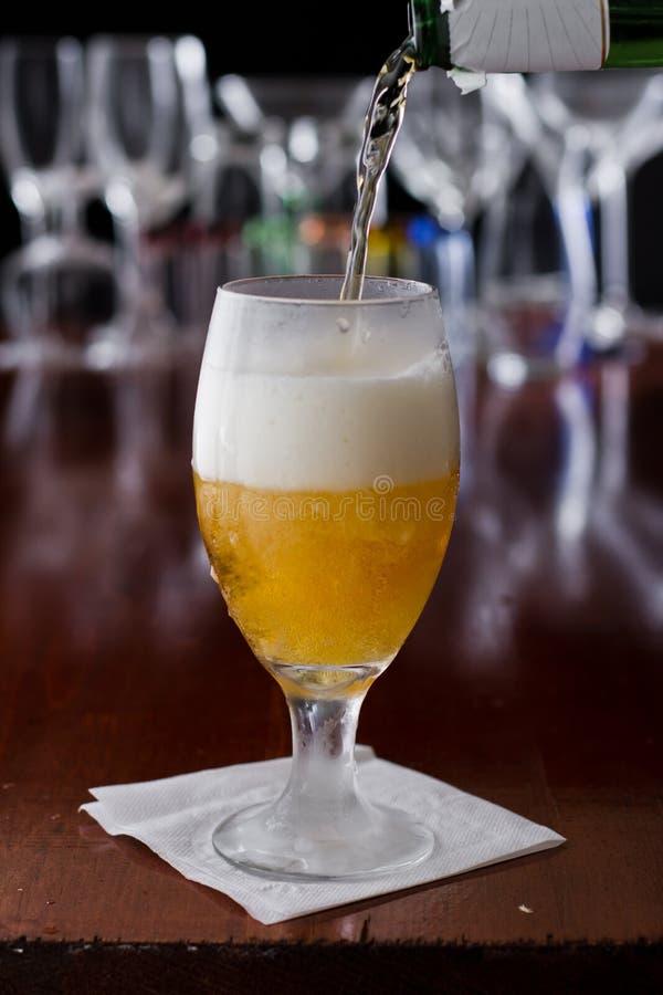 Download Gouden bier stock afbeelding. Afbeelding bestaande uit diepte - 29507301