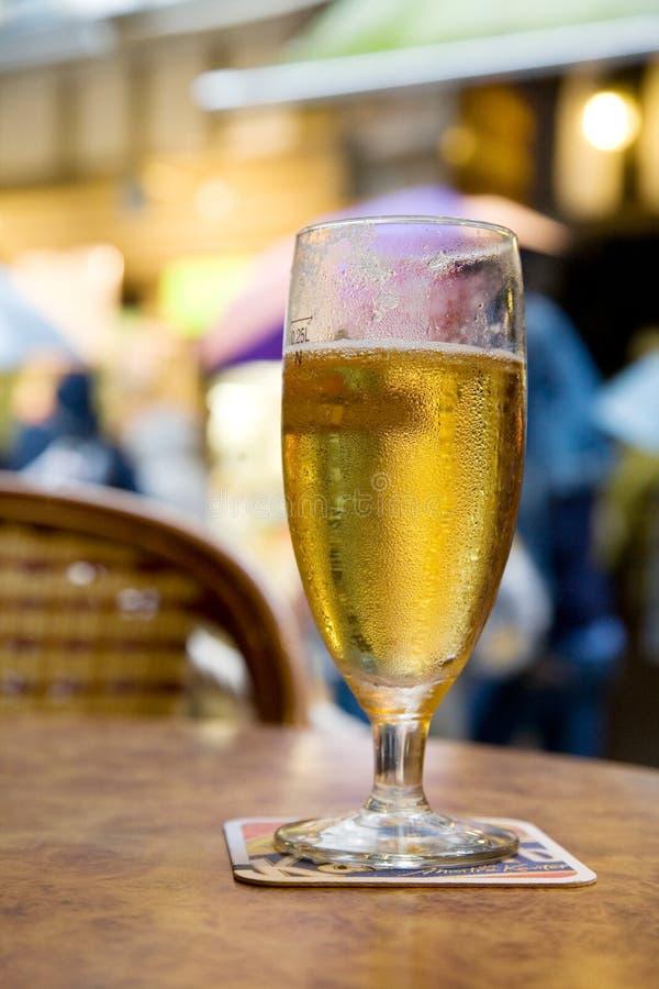 Gouden bier op het terras royalty-vrije stock afbeelding