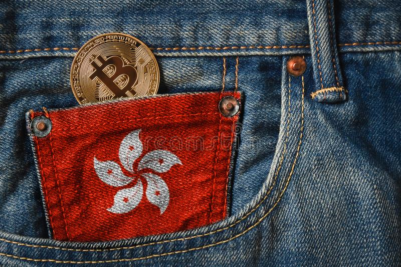 Gouden BITCOIN ( BTC) cryptocurrency in de zak van jeans met royalty-vrije stock foto