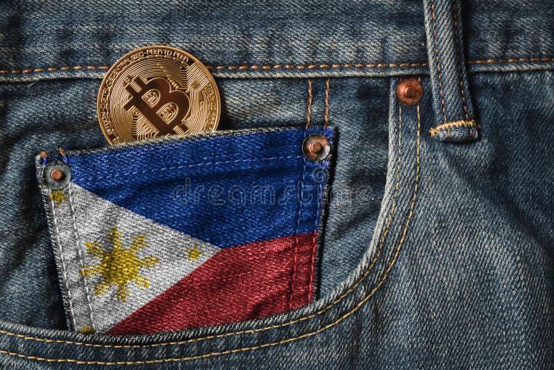 Gouden BITCOIN & x28; BTC& x29; cryptocurrency in de zak van jeans met royalty-vrije stock foto