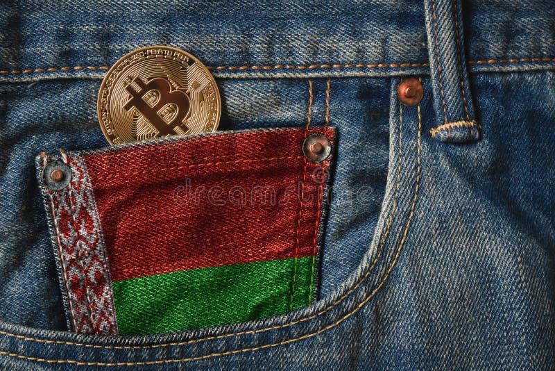 Gouden BITCOIN & x28; BTC& x29; cryptocurrency in de zak van jeans met royalty-vrije stock afbeelding