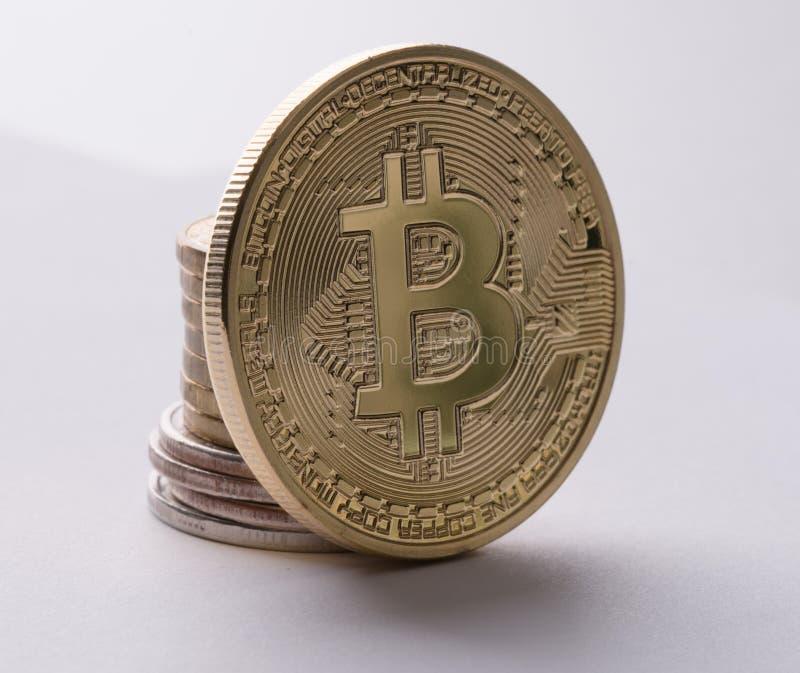 Gouden bitcoin dicht omhooggaand geïsoleerd schot op wit stock foto