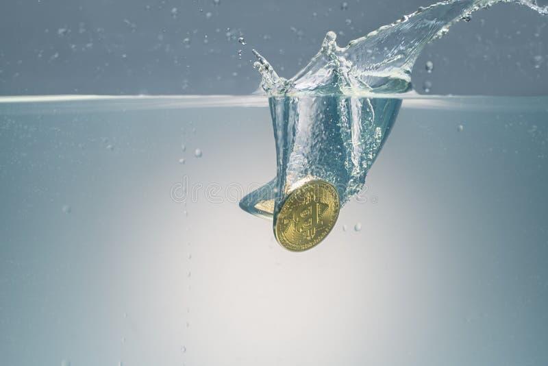 Gouden bitcoin die in waterschot worden gelaten vallen royalty-vrije stock fotografie