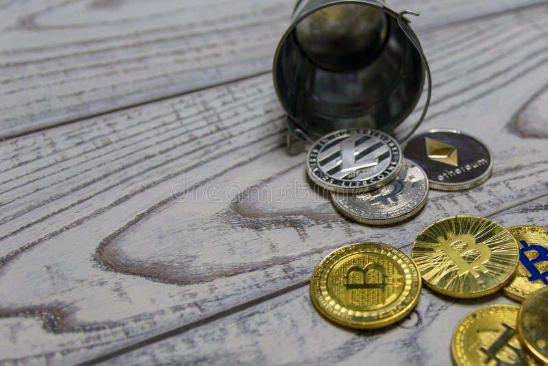 Gouden bitcoin en andere crypto munt in de gevallen stuk speelgoed close-up van de metaalemmer stock foto's