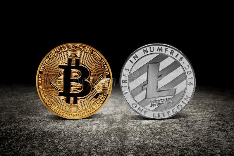 Gouden bitcoin en litecoin muntstukken stock foto's