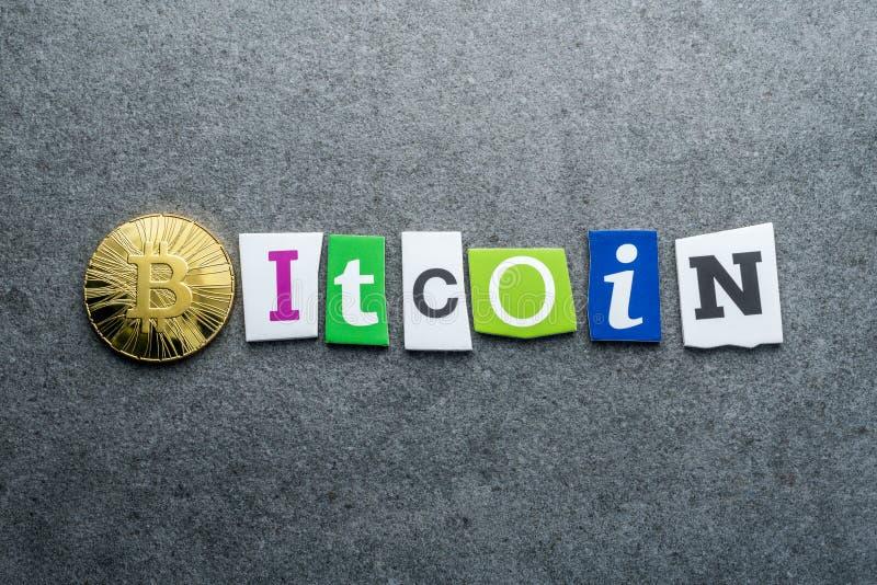 Gouden bitcoin en tekst BITCOIN met gesneden brieven op grijze achtergrond Virtueel, investeert cryptocurrency concept royalty-vrije stock foto's