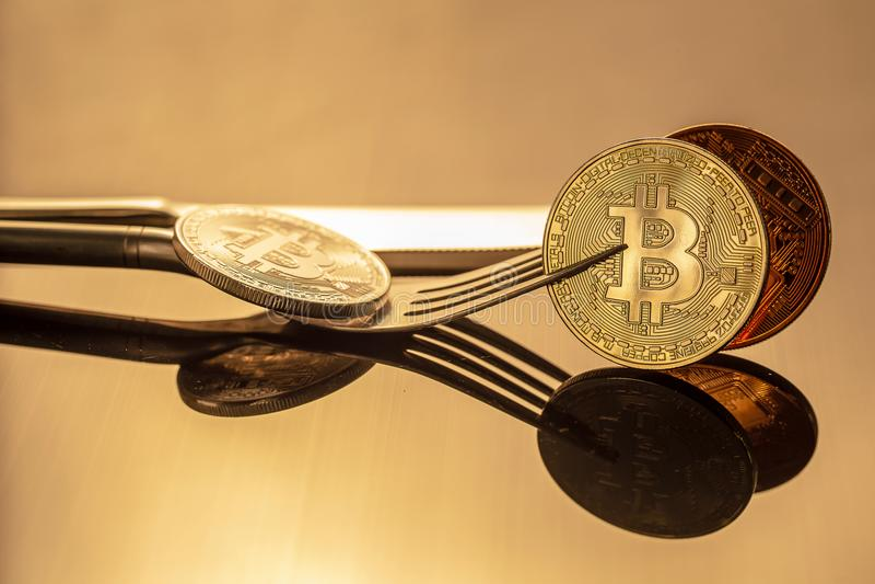 Gouden bitcoin fysieke bitcoin-Cryptocurrency in gouden licht Bu stock fotografie