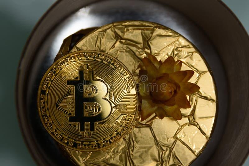 Gouden bitcoin ligt op gouden gift royalty-vrije stock foto's