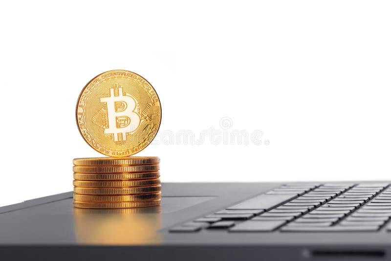 Gouden Bitcoin-muntstuk op het laptop toetsenbord Internet-voorraad trad stock afbeeldingen