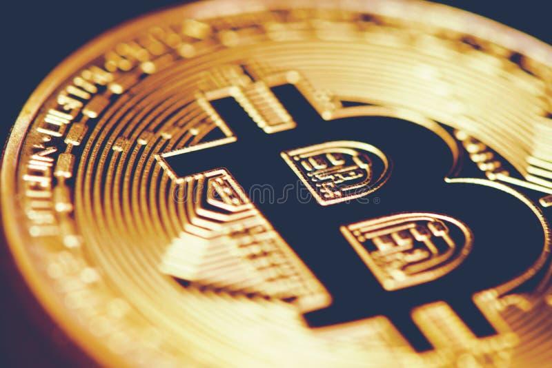 Gouden Bitcoin Omhoog gesloten beet muntstuk Cryptografie en Elektronisch geldconcept Munt handel en Goudwinning thema Zaken stock foto's