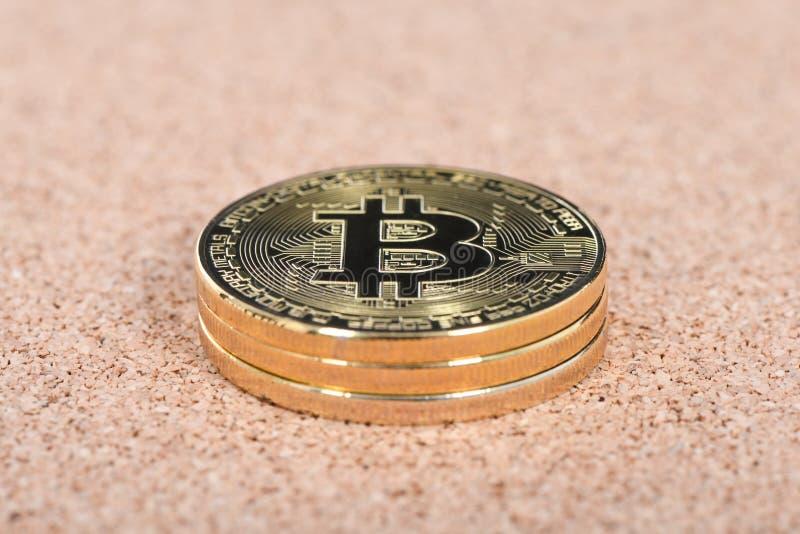 Gouden bitcoin op bruine geweven cork royalty-vrije stock foto