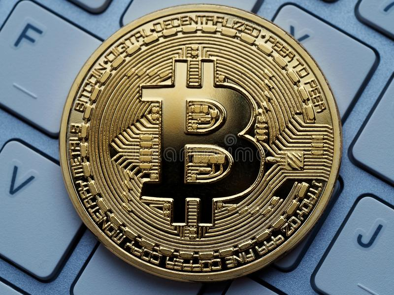 Gouden bitcoin op computertoetsenbord royalty-vrije stock afbeeldingen