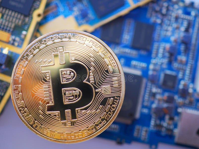 Gouden Bitcoin op de kringsraad of computermotherboard met het concept technologie stock foto