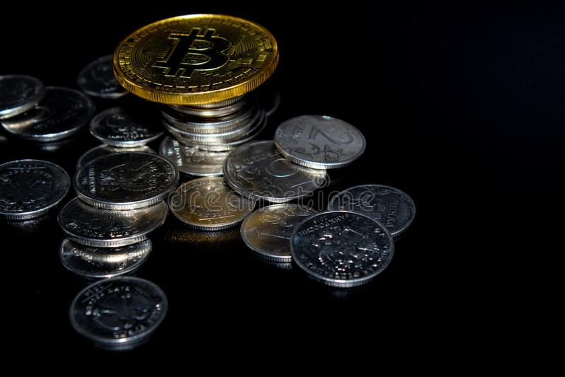 Gouden Bitcoin op een zwarte achtergrond, geld stock afbeeldingen
