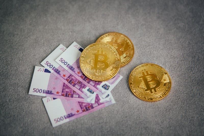 Gouden Bitcoin op grijze achtergrond, cryptocurrencyconcept stock afbeeldingen