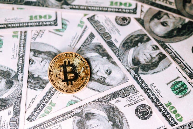 Gouden bitcoin op honderd dollarsbankbiljetten Mijnbouwconcept, het Elektronische concept van de gelduitwisseling, conceptueel be royalty-vrije stock foto