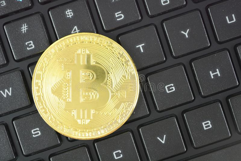 Gouden bitcoin op toetsenbord Crypto munt slim contract techn royalty-vrije stock fotografie
