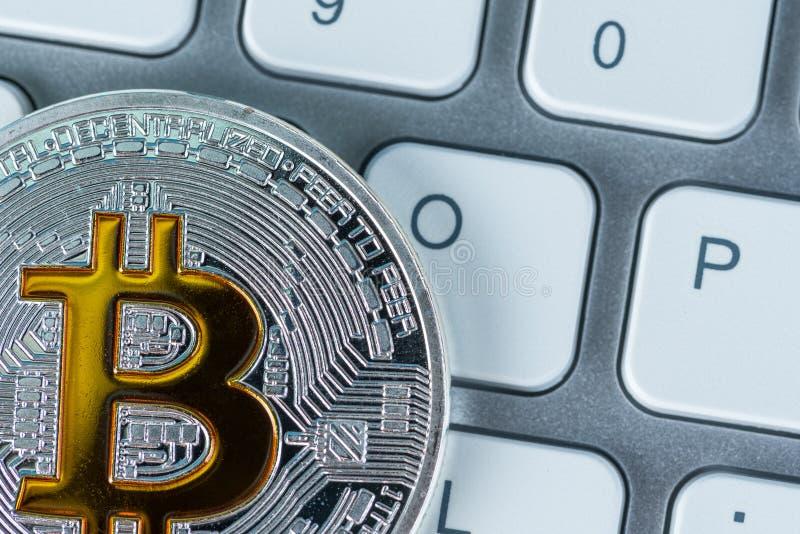 Gouden bitcoin op toetsenbord Nieuwe harde vork of forklog van bitcoincryprocurrency royalty-vrije stock foto