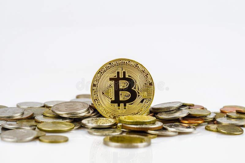 Gouden bitcoin over vele internationale die geldmuntstukken op witte achtergrond wordt geïsoleerd Crypto muntconcept Bitcoincrypt stock afbeelding