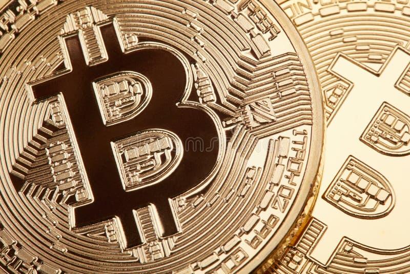 Gouden Bitcoin-textuurachtergrond, één muntstuk in schaduw royalty-vrije stock foto