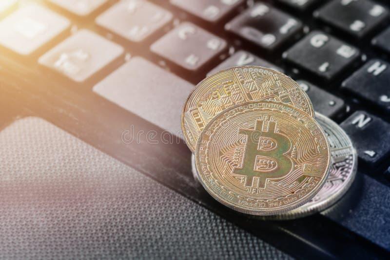 Gouden Gouden bitcoin van de bitcoin Dubbele blootstelling gezet op een portefeuille en laptop Notitieboekje royalty-vrije stock foto's