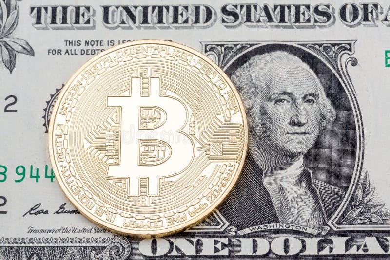 Gouden bitcoinmuntstuk op dichte omhooggaand van het één dollarsbankbiljet royalty-vrije stock afbeelding