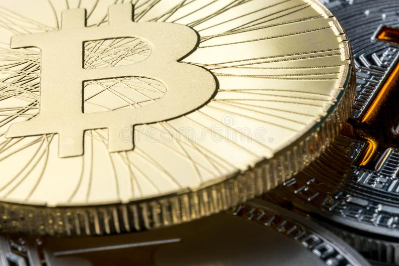 Gouden bitcoinmuntstuk tegen andere cryptocurrencies Digitaal geld en crypto-munten concept stock afbeeldingen