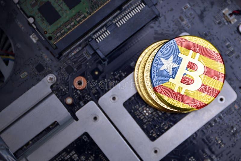 Gouden bitcoins met vlag van Catalonië op een raad van de computer elektronische kring Het concept van de Bitcoinmijnbouw stock foto