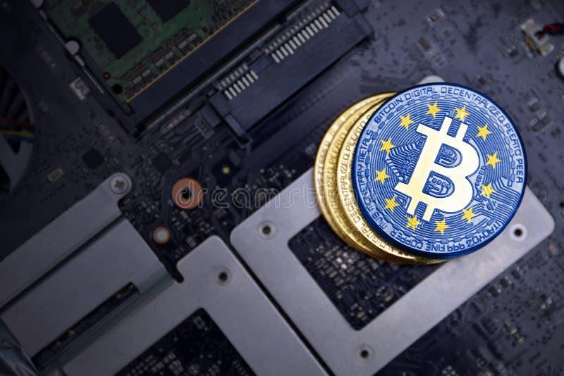 Gouden bitcoins met vlag van Europese Unie op een raad van de computer elektronische kring Het concept van de Bitcoinmijnbouw stock afbeelding