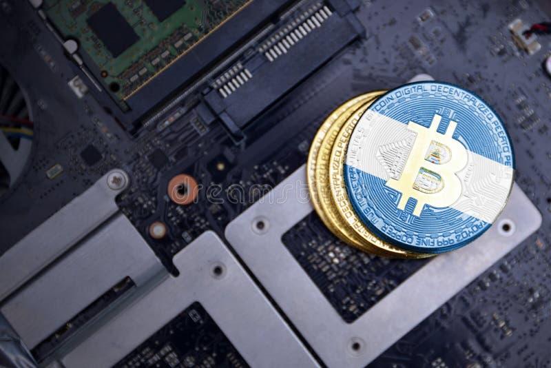 Gouden bitcoins met vlag van Nicaragua op een raad van de computer elektronische kring Het concept van de Bitcoinmijnbouw stock fotografie