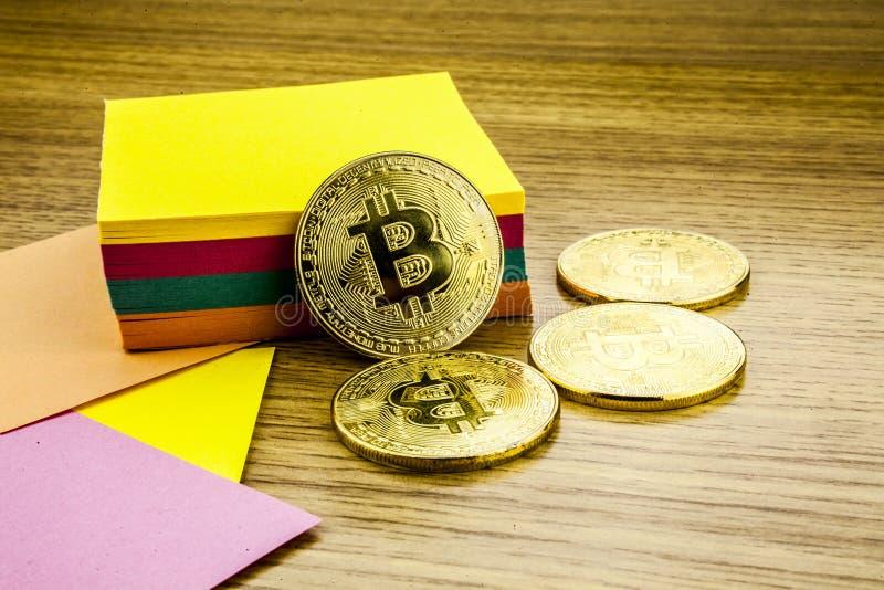 Gouden bitcoins op houten bureau, cryptocurrencyachtergrond met document nota's 3D Illustratie royalty-vrije stock fotografie