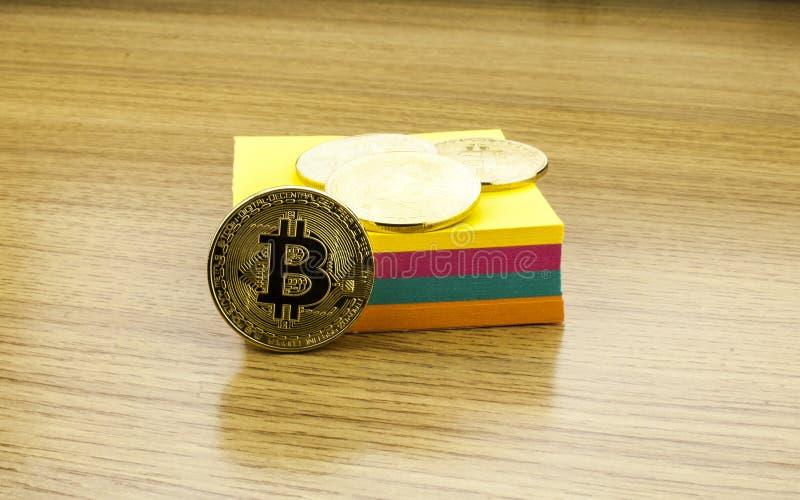 Gouden bitcoins op houten bureau, cryptocurrencyachtergrond met document nota's 3D Illustratie stock afbeelding