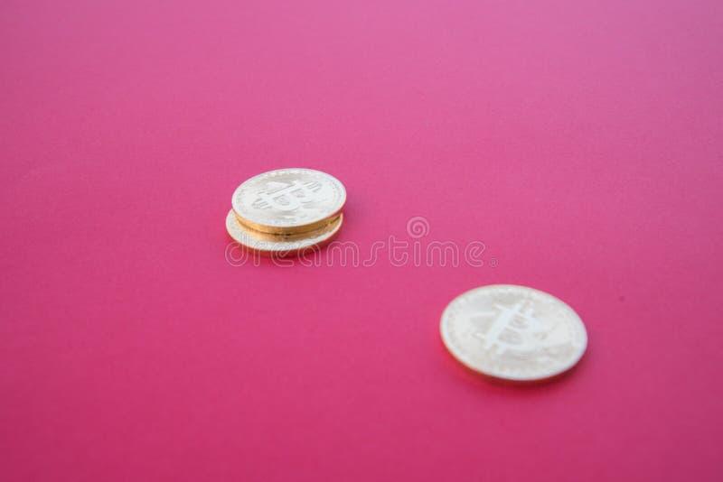 Gouden Bitcoins op rode oppervlakte stock foto