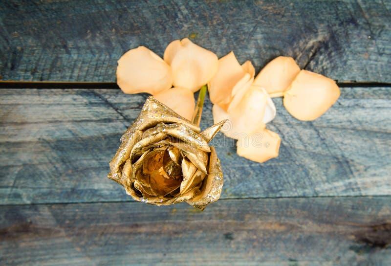 Gouden bloem op houten achtergrond het decor van de bloemwinkel rijkdom en rijkdom floristicszaken Wijnoogst en juwelen royalty-vrije stock fotografie