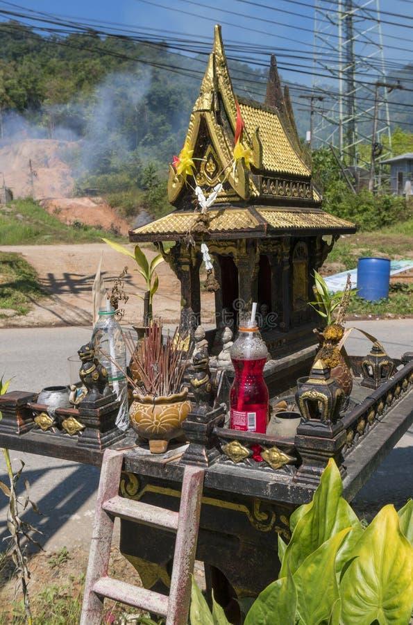 Gouden Boeddhistisch altaar op de straat op landelijk plattelandsgebied, een deel van de cultuur van Thailand stock foto