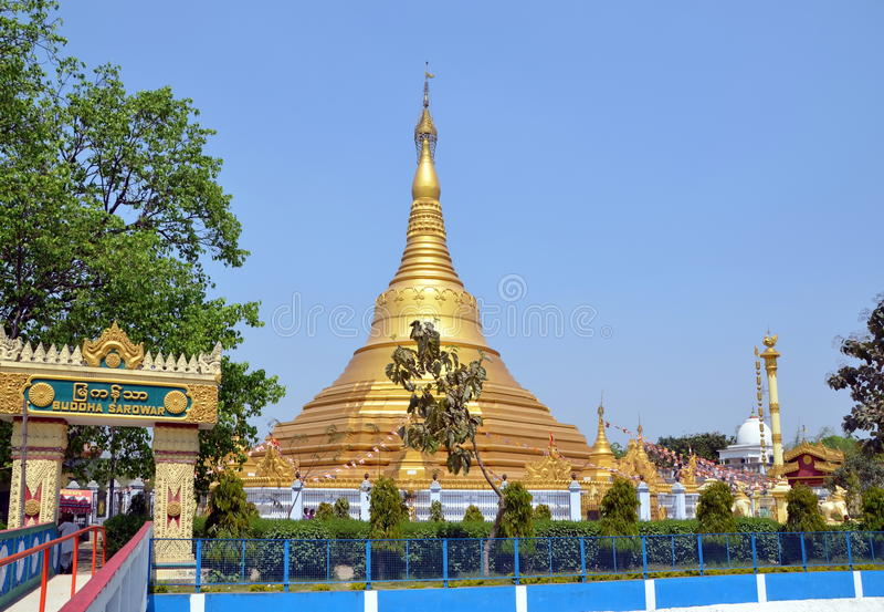 Gouden Boeddhistische stupa in Kushinagar, India stock foto's