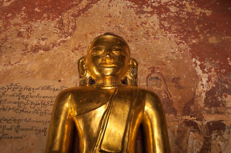 Gouden Boedha binnen één van pagoderuïnes in Bagan, Myanmar (Birma) stock afbeelding