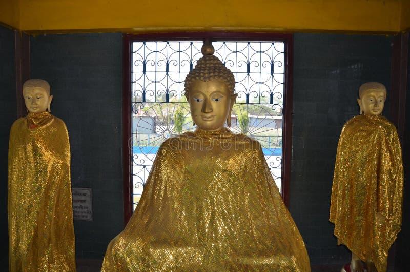 Gouden Boedha en aanhangers. Kushinagar, India royalty-vrije stock foto