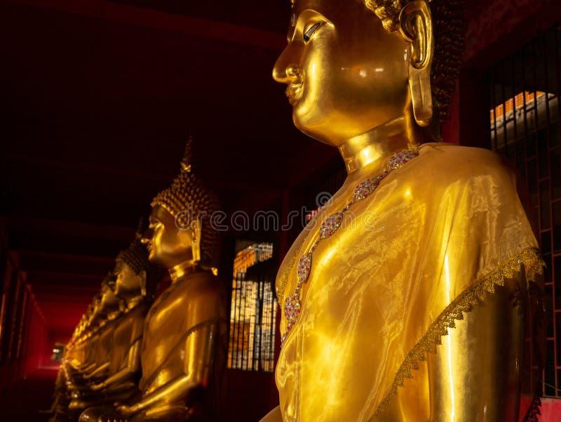 Gouden Boedha op een Voetstuk royalty-vrije stock fotografie