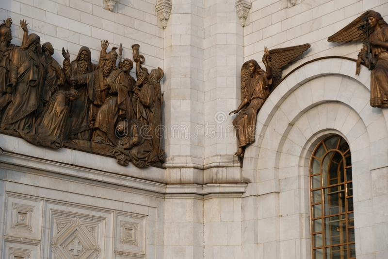 Gouden bronsbeeldhouwwerk rond de Kathedraal van Christus de Verlosser bij de stad van Moskou, Rusland stock foto