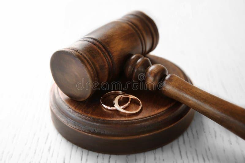 Gouden bruiloftringen met rechtershamer, royalty-vrije stock foto's