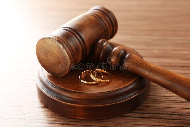 Gouden bruiloftringen met rechtershamer royalty-vrije stock fotografie