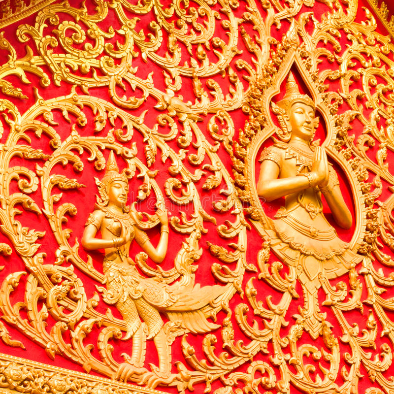 Gouden budha op rode achtergrond royalty-vrije stock foto