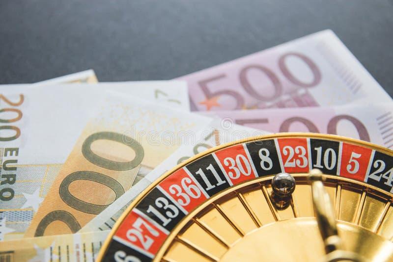 Gouden casinothema Beeld van casinoroulette, pookspelen, geld op de lijst, allen op een donkere bokehachtergrond Plaats voor druk royalty-vrije stock foto's